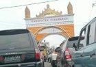 Kendaraan Di Pospam Simpang Tugu Pengantin Gedongtataan Padat Merayap